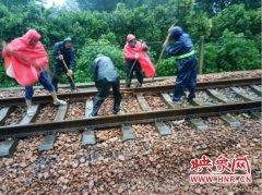 【河南雨情联播】暴雨导致商丘17趟火车专线晚点 近千名铁路工人冒雨抢修设备