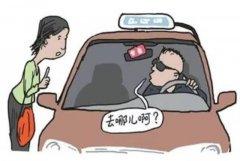 女子开车门时遭劫持 被强灌安眠药说银行卡密码