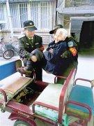 """郑州巡防队员""""组团""""照顾九旬老太两年多 胜似亲儿子"""