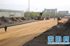 文博路(飞龙路―织机路)段道路新建工程开始进行水稳层铺设作业