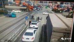 用生命乞讨:漯河70岁老人在机动车道乞讨被撞伤