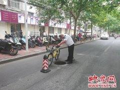道路中间窨井盖缺失藏安全隐患 市政部门及时抢修