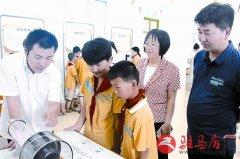 小学师生参观流动科技馆