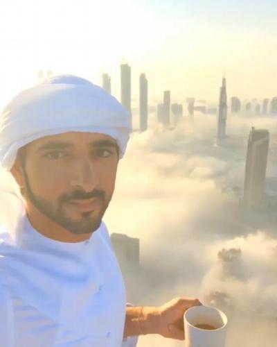 迪拜王子在清晨手持一杯咖啡,享受清爽的微风和微凉的日光。