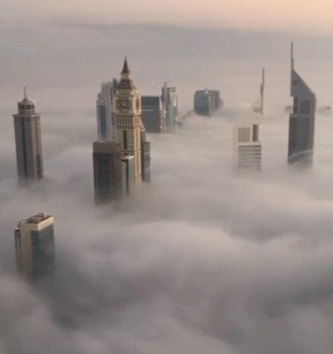 从云层中拔地而起的摩天大楼、沐浴在暖色日光中的整个城市上空,以及手持咖啡的小清新自拍,令网友连呼羡慕。