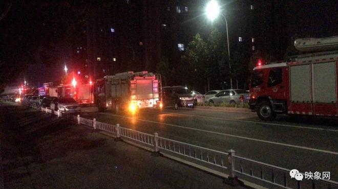 深夜郑州一小区居民楼着火 浓烟滚滚