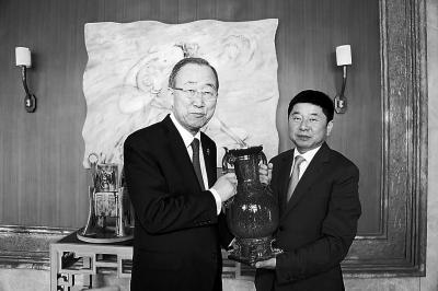 潘基文(左)和苗峰伟合影