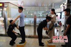 """郑州东站加大安检力度 赴京旅客需进行""""二次安检"""""""