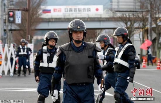 当地时间2016年12月14日,日本长门市,警察检查日俄领导人即将会面的地点附近的庭院。日本首相安倍晋三将于12月15日与俄罗斯总统普京会谈。