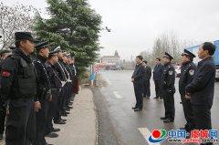 县委书记朱东亚看望一线公安干警