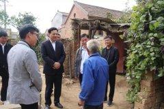 县委常委、常务副县长侯公涛到张弓镇调研危房改造、村容村貌整治等工作