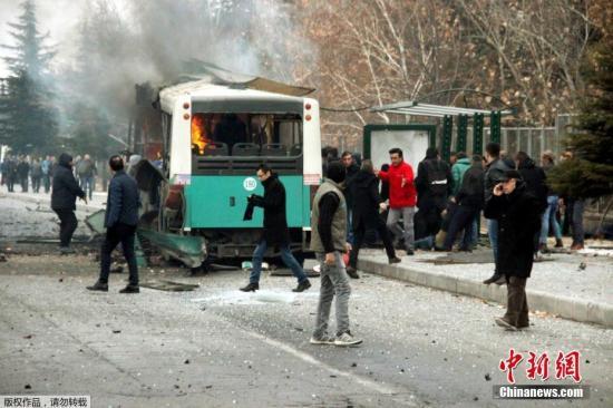 法新社援引土耳其军方的消息称,汽车炸弹爆炸造成附近巴士上的13名士兵死亡。图为遇袭巴士。