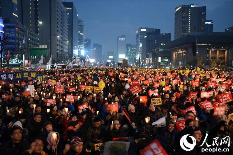 """12月17日,韩国民众在首尔举行了第八轮""""反朴""""集会。裴埈基摄"""