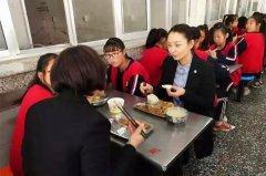 副县长赵向群到各乡镇中小学校督导校园食品安全和营养餐工作