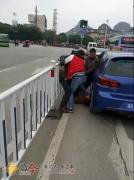 奔驰车变道引他人不满 司机遭大众车车主当街暴打