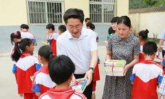 """李亦博等领导""""六一""""节看望慰问少年儿童"""