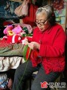 独居老人董香玲:织出帽子送给福利院儿童