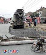 虞城农管所挖补坑槽保公路畅通