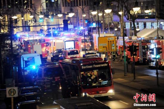 当地时间12月19日晚,德国首都柏林市中心布赖特沙伊德广场圣诞市场遭一辆货车闯入。截至当晚23时,事件已造成至少12人死亡、数十人受伤。图为事发后,大批救护车投入现场救援。中新社记者 彭大伟 摄 视频:一货车冲入德国柏林集市 目击者拍摄画面公布来源:央视新闻