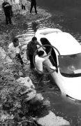 私家车水库漂浮女子昏迷 热心人一起营救
