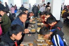 县长马同和到宁陵县第三实验小学检查指导学校食品安全工作