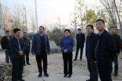 县长张颖波等到黑臭水体治理项目工地现场办公