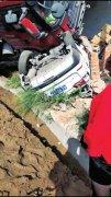 郑州一拉沙大货车突然失控侧翻砸坏3辆车 6人受伤