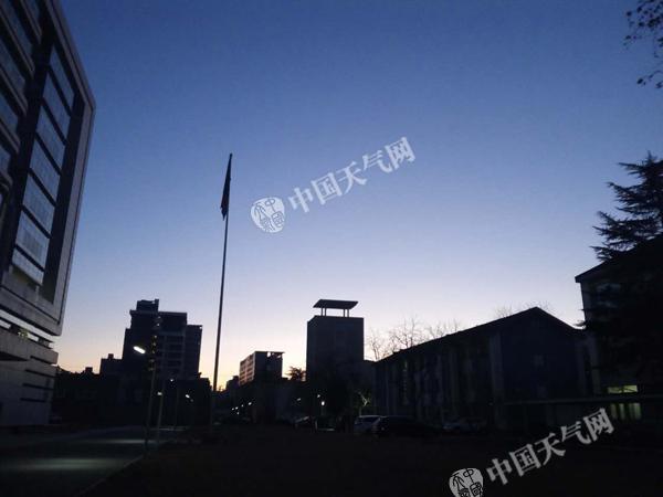 今天早晨,北京城区天气晴朗,寒意袭人。