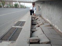 郑州一天桥下人行道坍塌 时隔半月无人理
