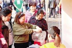 二七区首家慈善超市开业 困难群体购货打九折