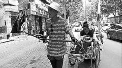 从甘肃到山东 这个小伙儿一辆人力车拉着女友去看海