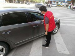 物价局交通志愿者维护交通秩序