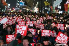 韩举行第九次反朴槿惠集会 民众穿圣诞服游行(图)