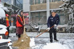 人防干部除雪忙  众志成城保畅通
