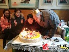 94岁老人张荫桐坚持10年义务清扫小院
