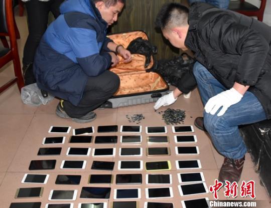 警方现场清点被盗的手机。 刘忠俊 摄