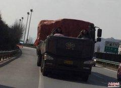 """安徽:高速现""""敞篷""""货车 民警前后护送保安全"""