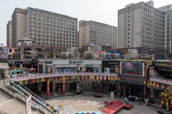 郑州一家商场的背后就是工人的宿舍