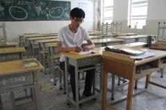 高考考点设在小学网友担心桌椅矮 教体局回应