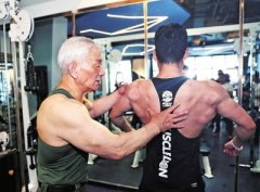 """81岁健身""""达爷""""坚持健身60年 推举100公斤没问题"""