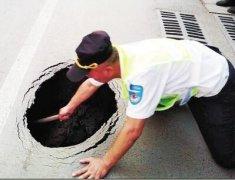 郑州纬四路与经三路口现2米坑洞 在幼儿园门前