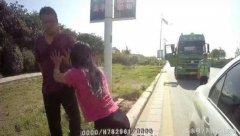 女子中牟街头紧抱民警大腿 情绪激动用头猛撞警车
