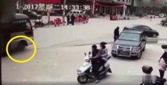 江西赣州6岁女孩路边小便 中巴车从其身上碾过