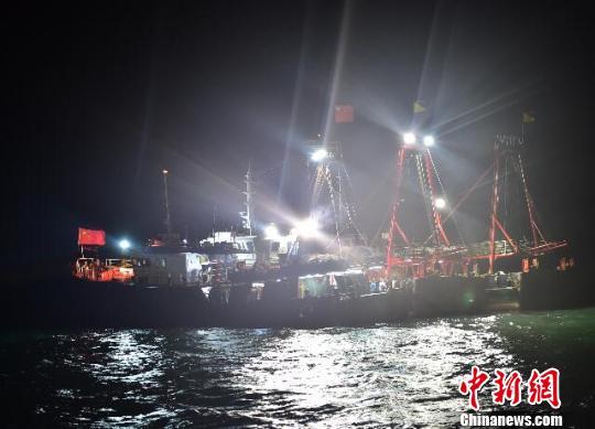 图为失火渔船现场。 王重阳 摄