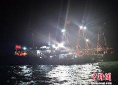 """香港籍渔船""""台沙1839""""三亚海域失火 8渔民获救"""