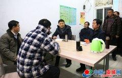 县委书记朱东亚夜间看望慰问一线住村人员