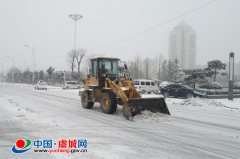 县城管局除雪铲冰保障道路通行