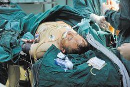 屯留县公安局刑警大队大队长翟树斌头部、脸部、颈部、双臂等多处被砍伤,在医院接受救治