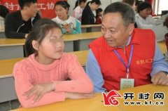 义工和爱心人士助学下乡来到祥符区陈留镇一中16名贫困生拿到助学金