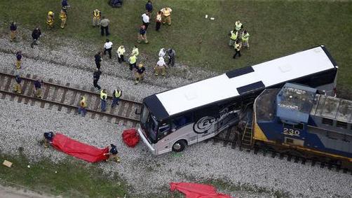 美国火车客车相撞